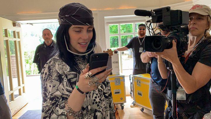 """Billie Eilish entourée de l'équipe de tournage dans """"Billie Eilish : The World' a Little Blury"""" de R.J. Culter diffusé par Apple TV à partir du 26 février 2021. (APPLE TV)"""