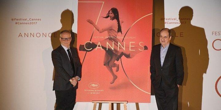 Thierry Frémaux et Pierre Lescure devant l'affiche du 70e Festival de Cannes (2017)  (LIONEL BONAVENTURE / AFP)