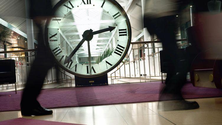 Selon un rapport ministériel, la moyenne du temps de travail des Français est de 39 heures par semaine. (Photo d'illustration) (JEFF PACHOUD / AFP)
