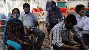 Des personnes attendent de recevoir une dose de vaccin contre le Covid-19 dans un centre de vaccination de New Delhi, en Inde, le 15 avril 2021. (AMARJEET KUMAR SINGH / ANADOLU AGENCY / AFP)
