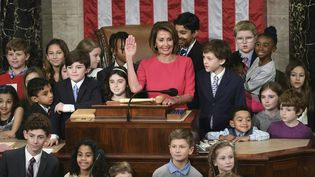 La démocrate Nancy Pelosi prête serment alors qu'elle est élue présidentede la Chambre des représentants, le 3 janvier 2019, à Washington. (SAUL LOEB / AFP)