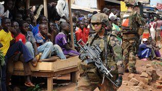 Un soldat français lors d'une opération de désarmement, le 9 décembre 2013 à Bangui (Centrafrique). (SIA KAMBOU / AFP)