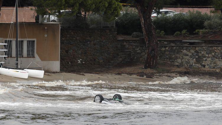 Une voiture emportée en mer à Sainte-Maxime, dans le Var, après de fortes intempéries. Deux victimes ont été retrouvées à l'intérieur du véhicule le 11 octobre 2018. (SEBASTIEN NOGIER / EPA)