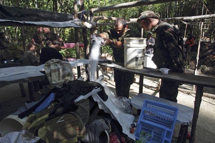 Des militaires français détruisent un camp d'orpailleurs illégaux, près de Saint-Laurent-du-Maroni (Guyane), le 30 octobre 2012. (RANU ABHELAKH / REUTERS)