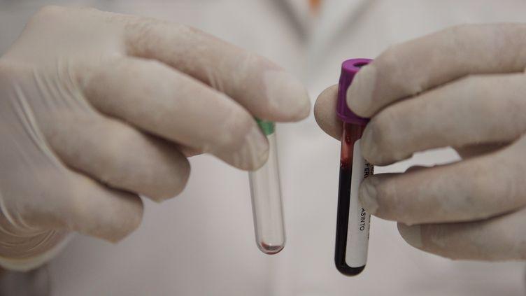 Un chercheur fait une manipulation dans un laboratoire de Mexico (Mexique), le 26 août 2017 (photo d'illustration). (MAXPPP)