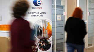 Des demandeurs d'emploi au chômage cherchent un travail dans une agence Pôle emploi. (VANESSA MEYER / MAXPPP)