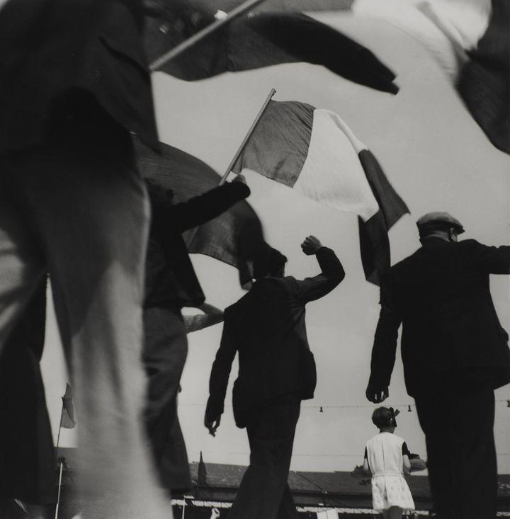 Délégation de grévistes à la fête de la victoire du Front Populaire, le 14 juin 1936 - Ré Soupault  (Centre Pompidou, MNAM-CCI/ Georges Meguerditchian/Dist. RMN-GP © Adagp, Paris 2018)