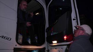 Des dizaines de routiers ont été obligés de passer la nuit sur les bords de la route en Bretagne mardi 9 février au soir, bloqués pour cause de neige. (France 2)