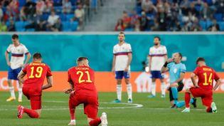 Les footballeurs belges posent un genou au sol contre le racisme avant le match contre la Russie, à Saint-Pétersbourg, le 12 juin 2021, lors de l'Euro. (ANATOLY MALTSEV / AFP)