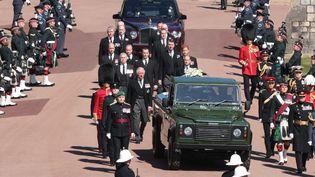 Lecercueil a été levé pour être placé à l'arrière d'un Land Rover vert militaire que le prince Philip avait lui-même contribué à concevoir pendant 16 ans. La procession s'est faite au son de la fanfare des Grenadier Guards, dont Philip a été le colonel pendant 42 ans (HANNAH MCKAY / POOL / AFP)