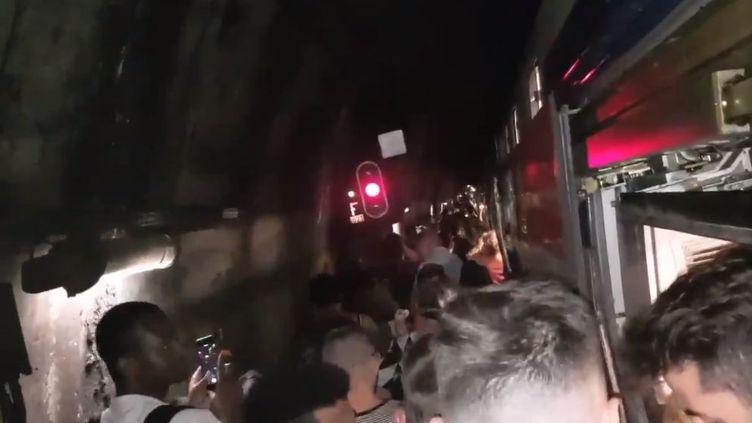 Une panne mécanique survenue vendredi 29 juin vers 17 heures sur le RER A, à Paris, a obligé des passagers à sortir du train et à marcher sur les voies. (@rudoman79)