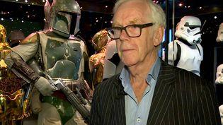 """L'acteurJeremy Bulloch à côté du costume du personnage de Boba Fett qu'il incarnait dans """"Star Wars"""", ici en 2017. (/AP/SIPA / SIPA)"""