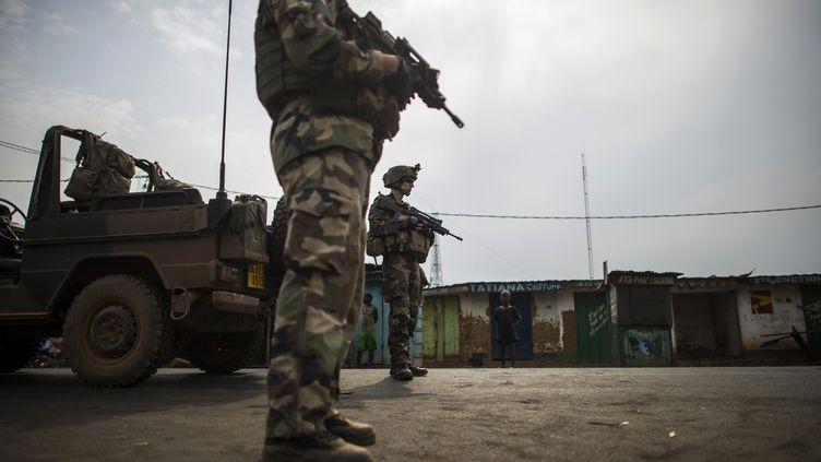 Des soldats français de l'opération Sangaris à un checkpoint de Bangui (Centrafrique), le 23 février 2014. (FRED DUFOUR / AFP)