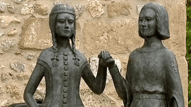 Deux bronzes de Jeanne de Bourbon et Charles V ont été inaugurés sur la place de l'église de Tain l'Hermitage  (France 3 / Culturebox)