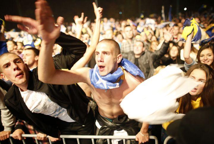 Les supporters bosniens fêtent la première qualification à la Coupe du monde de leur pays, dans les rues de Sarajevo, le 15 octobre 2013. (DADO RUVIC / REUTERS)