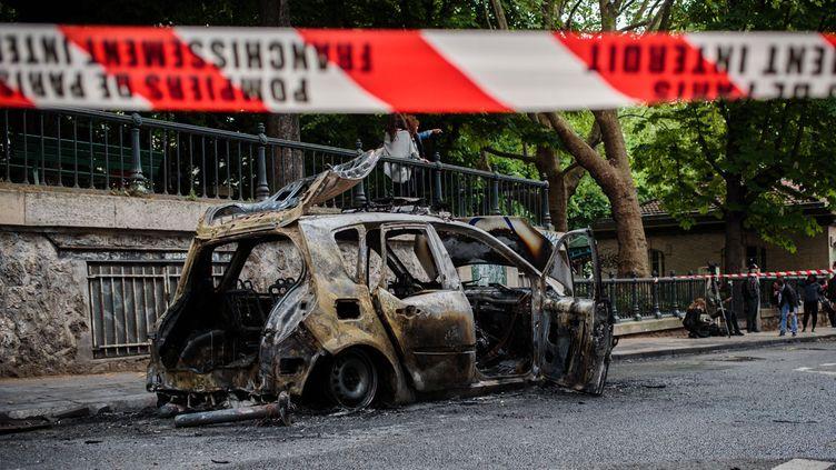 (La voiture de police avait été attaquée Quai de Valmy, près de la place de la République à Paris, le 18 mai © MaxPPP)