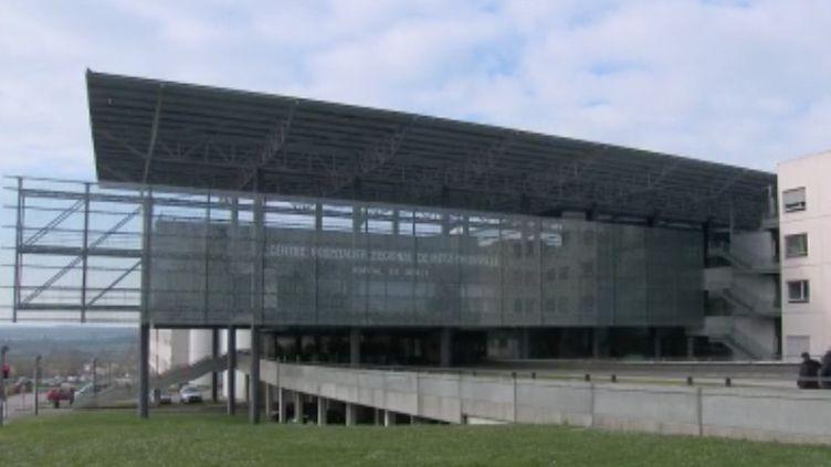 Un sixième médecin est décédé du Covid-19 dans le Grand Est à l'hôpital de Metz-Thionville en Moselle. Mardi 31 mars, la directrice de l'établissement appelle à l'aide. (FRANCE 2)