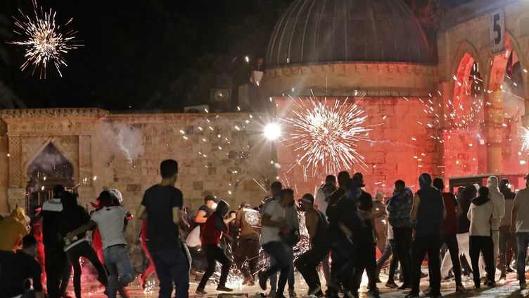 Des affrontements entre des manifestants palestiniens et les forces de sécurité israéliennes ont eu lieu sur l'Esplanade des Mosquées, à Jérusalem, le 7 mai 2021. (AHMAD GHARABLI / AFP)