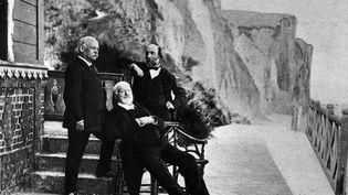 L'écrivain Victor Hugo (assis au centre) en exil à l'île de Guernesey, aux côtés de deux amis. (HULTON ARCHIVE / GETTY IMAGES)