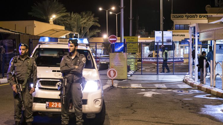 La police israélienne bloque la frontière entre Israël et l'Egypte dans le nord du Sinaï, après l'explosion d'un car de touristes sud-coréens, le 16 février 2014. (JACK GUEZ / AFP)