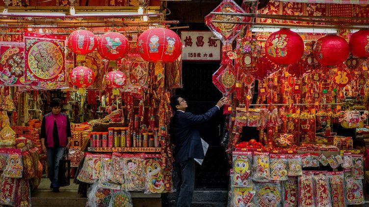 Un homme choisit des décorations pour le Nouvel An chinois,qui débute le 10 février sous le signe du serpent d'eau,à Hong Kong, le 5 février 2013. (PHILIPPE LOPEZ / AFP)
