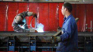 Des ouvriers dans une usine française. (FRANK PERRY / AFP)