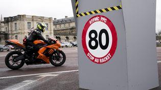 """Un radar factice indique la limitation 80km/h et le message """"Stop au racket"""", le 3 février 2018, à Vincennes (Val-de-Marne). (MAXPPP)"""