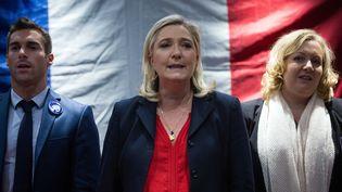 Julien Odoul, tête de liste FN dans l'Yonne, avec Marine Le Pen, le 28 octobre 2015 à Besançon (Doubs). (SEBASTIEN BOZON / AFP)