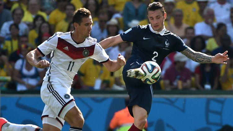 Mathieu Debuchy à la lutte avec l'Allemand Klose (YASUYOSHI CHIBA / AFP)