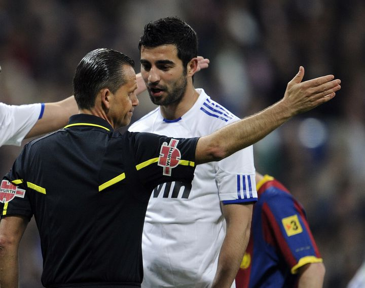 L'arbitre Cesar Muñiz Fernandez donne un carton jaune au Madrilène Raúl Albiol, lors du match Real Madrid-Barcelone du 16 avril 2011, à Madrid (Espagne). (DOMINIQUE FAGET / AFP)