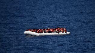 Des migrants secourus en mer Méditerranée, le 24 mai 2016. (GABRIEL BOUYS / AFP)
