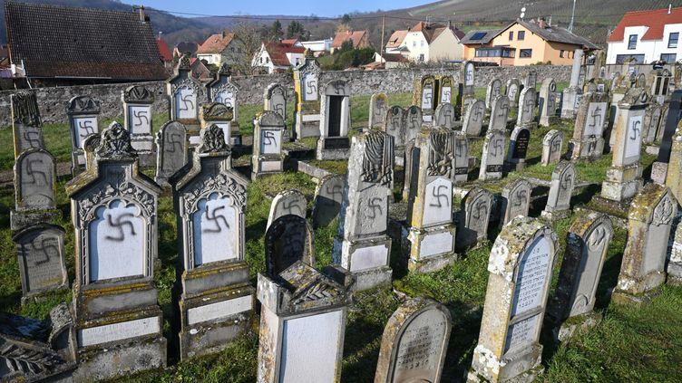 Plusieurstombes profanées dans le cimetière de Westhoffen (Bas-Rhin), le 3 décembre 2019. (PATRICK HERTZOG / AFP)