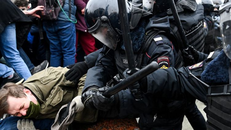 Un manifestant frappé par un policier, le 23 janvier 2021 à Moscou (Russie). (KIRILL KUDRYAVTSEV / AFP)