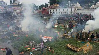 Les survivants incinèrent les disparus dans les rues de Katmandou (Népal), le 28 avril 2015. (KRISHNA GHISING)