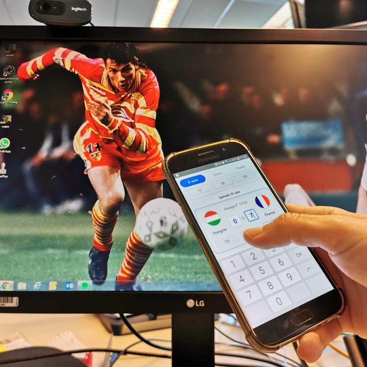 Un fan de foot parie sur la rencontre Hongrie-France, dans le cadre de l'Euro 2021, le 19 juin 2021. (RAPHAEL GODET / FRANCEINFO)