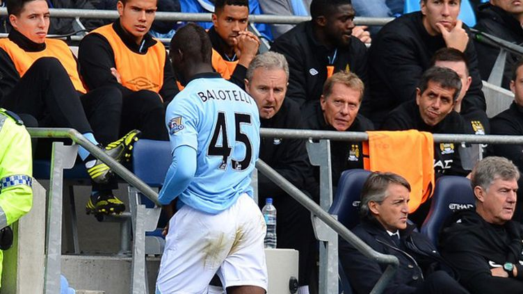Balotelli sous les yeux de ses coéquipiers Nasri, Clichy et Touré, sans un regard à Mancini