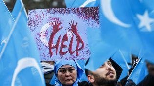 Lors d'une manifestation de soutien à la communauté ouïghoure, le 27 décembre 2019, à Berlin (Allemagne). (ABDULHAMID HOSBAS / ANADOLU AGENCY / AFP)