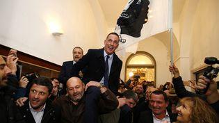 Le nationaliste Gilles Simeoni célèbre son élection, à Bastia (Haute-Corse), le 10 décembre 2017. (PASCAL POCHARD-CASABIANCA / AFP)