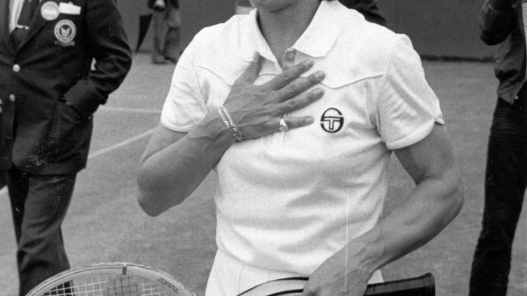 La tenniswoman américaine Martina Navratilova après sa victoire au tournoi de Wimbledon, à Londres (Royaume-Uni) en 1980.  (CENTRAL PRESS / GETTY IMAGES)