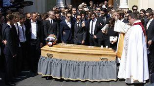 A la fin de la cérémonie, le cercueil de Jules Bianchi est sorti de la cathédrale Sainte-Réparatede Nice (Alpes-Maritimes),le 21 juillet 2015. (VALERY HACHE / AFP)