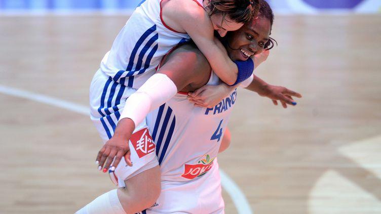Isabelle Yacoubou et Céline Dumerc  (ATTILA KISBENEDEK / AFP)
