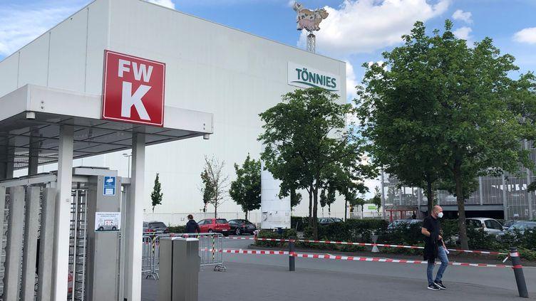 Un salarié sort de l'entreprise Tönnies,à Rheda-Wiedenbrück (Allemagne), le 19 juin 2020. (LUDOVIC PIEDTENU / RADIO FRANCE)