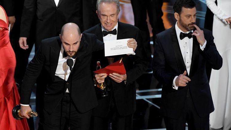 """Le producteur de """"La La Land"""", Jordan Horowitz, montre le carton annonçant la victoire de """"Moonlight"""" pour l'Oscar du meilleur film, le 26 février 2017, à Los Angeles (Etats-Unis). (KEVIN WINTER / GETTY IMAGES NORTH AMERICA / AFP)"""