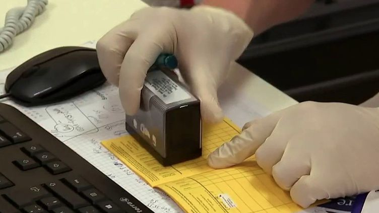 Covid-19 : en Allemagne, un véritable trafic de faux certificats de vaccination (France 2)