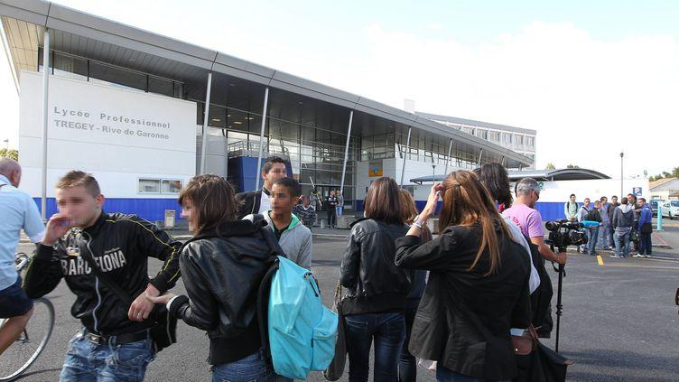 Des élèves devant le lycée professionnel Trégey de Bordeaux (Gironde), le 13 septembre 2012. (STEPHANE LARTIGUE / SUD OUEST / MAXPPP)