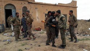 Des combattants kurdes non loin de Baghouz, en Syrie, le 15 mars 2019. (AURÉLIEN COLLY / FRANCE-INFO)