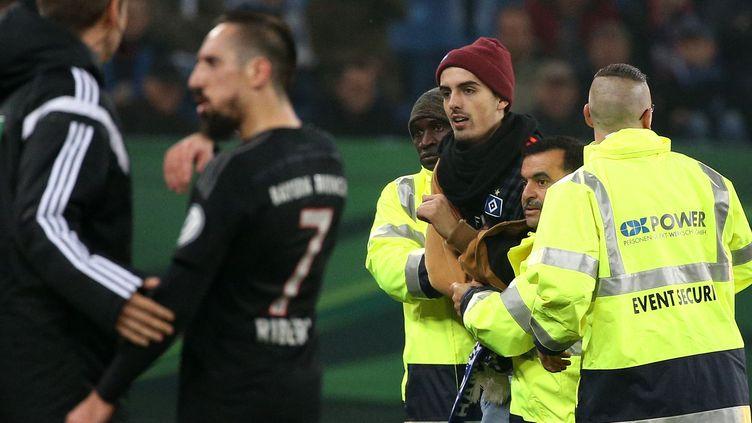 """Franck Ribéry a été agressé par un """"supporter"""" d'Hambourg mercredi. (CHRISTIAN CHARISIUS / DPA)"""