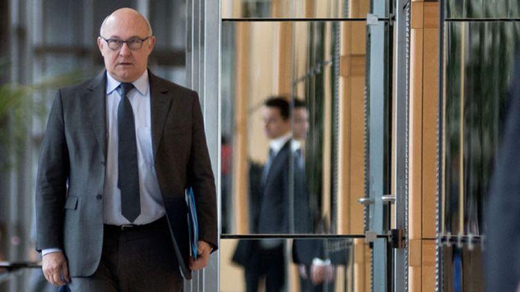 (Le ministre des Finances Michel Sapin dans les couloirs de Bercy  © NICOLAS MESSYASZ/SIPA)