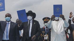 Les autorités du Soudan représentées parAbdel Fattah al-Burhan (à gauche), le Président du Soudan du SudSalva Kiir (au centre)et le Président du Tchad Idriss Deby (à droite)tiennent une copie de l'accord de paixle 3 octobre 2020. (MAJAK KUANY / AFP)