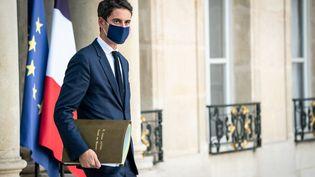 Le porte-parole du gouvernement, Gabriel Attal, à la sortie du Conseil des ministres à l'Elysée, le 4 novembre 2020 à Paris. (XOSE BOUZAS / HANS LUCAS / AFP)